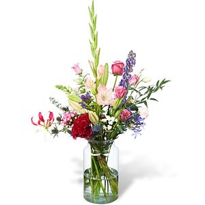 Modern plukboeket met diverse enkele bloemen in bonte kleuren met een bijpassende trendy vaas.